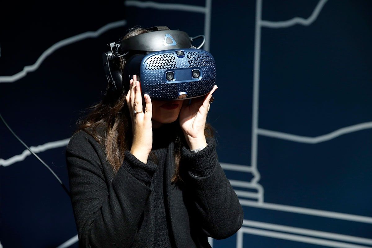 Woman uses 360º goggles